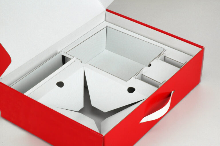 Ansicht offener roter Pappkoffer mit eingesetzten Fächern